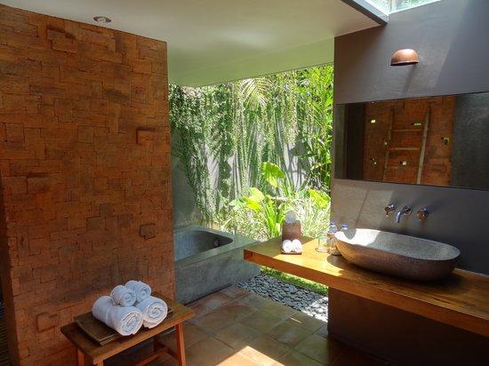 Villa Komea : Badkamer met Ligbad & Douche
