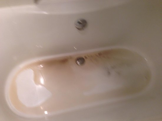 Albert Hotel : My bathtub after running the hot water. Supposedly it was a water filter issue. Fixed but none t