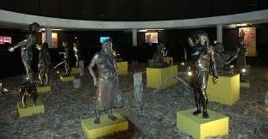 Cultural Centre of the Peoples of the Amazon : Esculturas feitas por astista peruano, raras no mundo