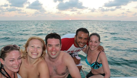 Catamaran Belize: Amazing sunset with new friends