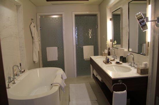 JA Palm Tree Court: Ванная комната (двери в туалет и душ)