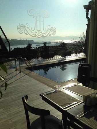 Hayriye Hanim Konagi Hotel: Vista de la piscina desde el comedor