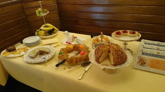 Hotel Zum Roten Bären: Desayuno buffet - variedades de panes y pasteles caseros