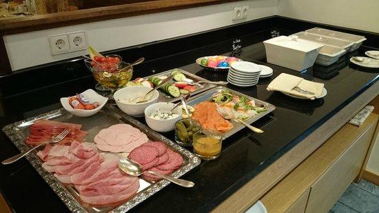 Hotel Zum Roten Bären: Desayuno buffet - variedad de embutidos, pescados ahumados