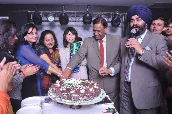 Medallion Chandigarh Zirakpur : New Year Knocks- cake cutting at  Zero hrs