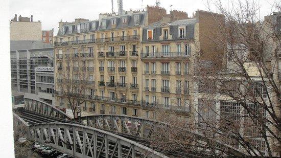 Best Western Hôtel Eiffel Cambronne : aqui vc consegue visualizar a ponta da torre eiffel no fundo do predio