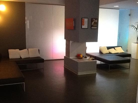 recepcion del Arts hotel, entre colorida y artistica