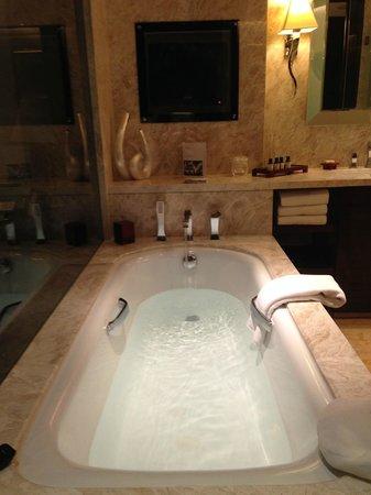 Fairmont Beijing: Large bathtub