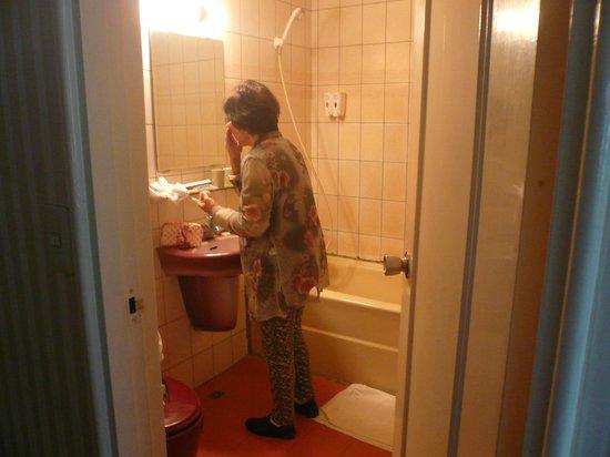 Hotel Today: そこそこ広い目のバスルーム