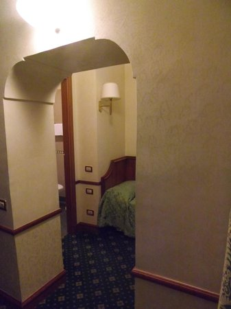 Amalfi Hotel: Little archway between bedroom and single bed