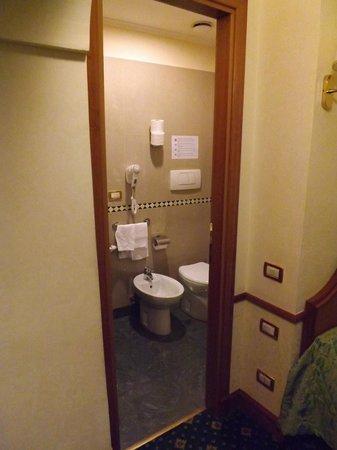 Amalfi Hotel: Compact & Bijou bathroom