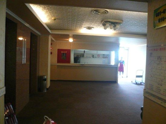 Hotel Today: 広めのエレベーターホール