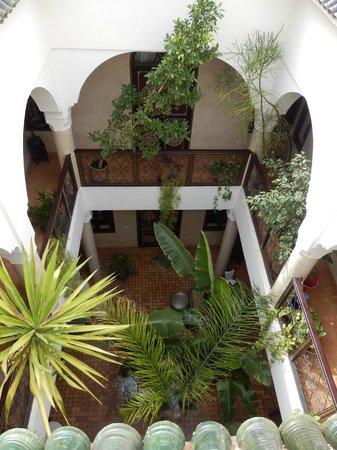 Riad Bamaga Hotel : Zicht van het dakterras op de binnentuin