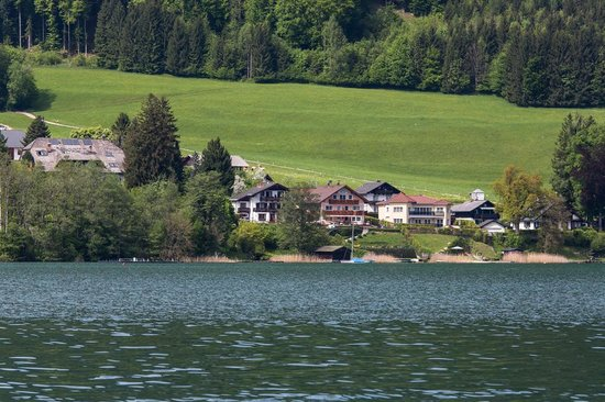 Haus Windhager: Guest house from across the lake