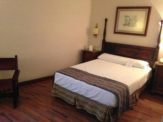 Hotel Fernando III: Comfortable, clean beds!!