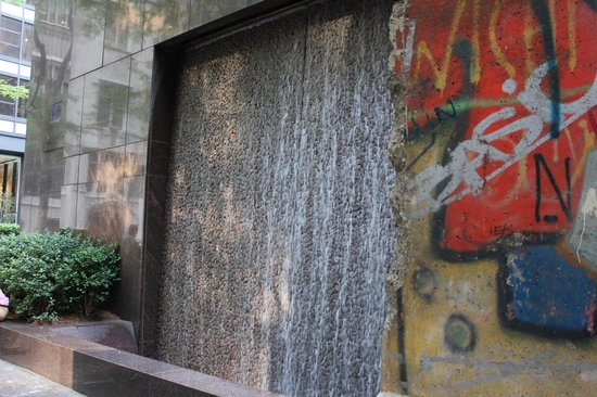 Paley Park: Berlin Wall, unexpected!