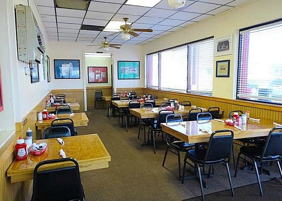 TL's Family restaurant : tables inside