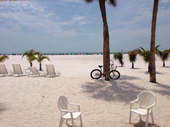 Outrigger Beach Resort : Blick direkt vom Zimmer mit Meerblick (Erdgeschoss)