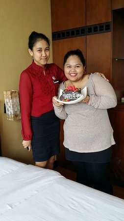 Banana Inn Hotel & Spa: My daughter with Ms Dewi and d bday cake from Banana Inn