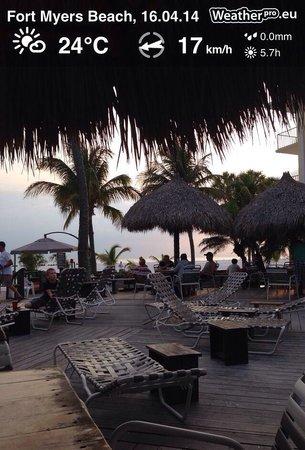 Outrigger Beach Resort : Poolbarberreich am späten Nachmittag