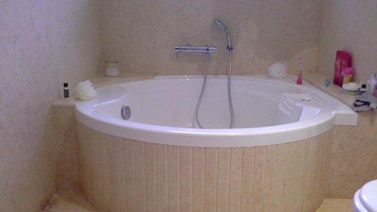 Casa De Goa Boutique Resort: step in bath