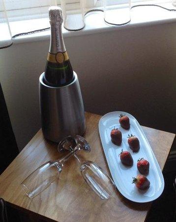 Tara Lodge: Champagne & Strawberries on Arrival