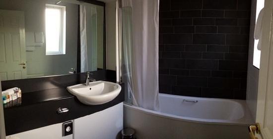 Tara Lodge: Clean and Tidy Bathroom