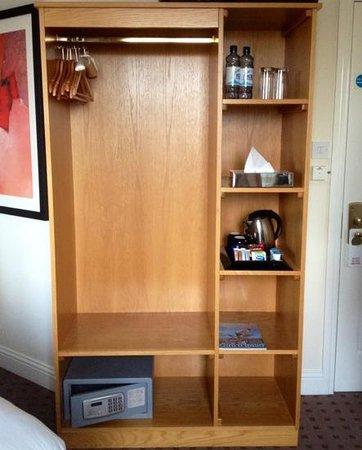 Tara Lodge : In Room Closet