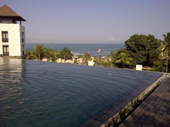 Pullman Bali Legian Beach: Kolam renang di atas Balkon