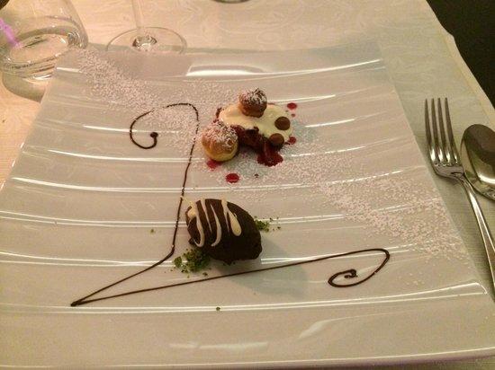 Boutique Hotel Pfauen: Glasiertes Mousse von der Valrhonaschokolade mit Rhabarber, Baierstörtchen und Vanillecreme