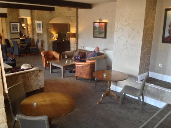 George Hotel: Drinks in the spacious lounge