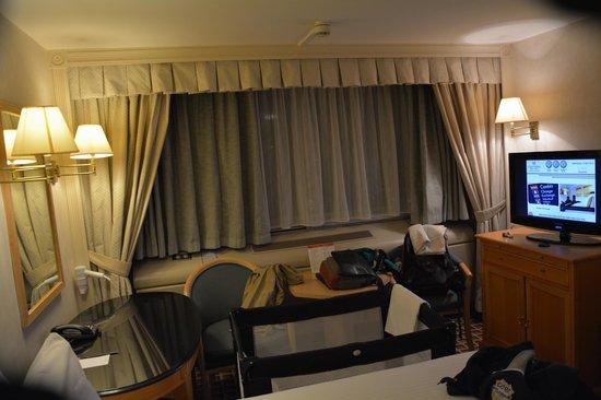 Copthorne Tara Hotel London Kensington: La ventana con el equipo de aire acondicionado y la cuna