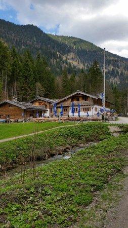 Schwaigeralm: Gaststätte mit Biergarten davor