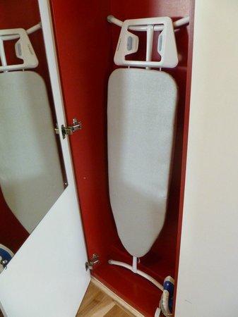 Apex Haymarket Hotel: En otra puerta del armario hay una tabla de planchar y una plancha