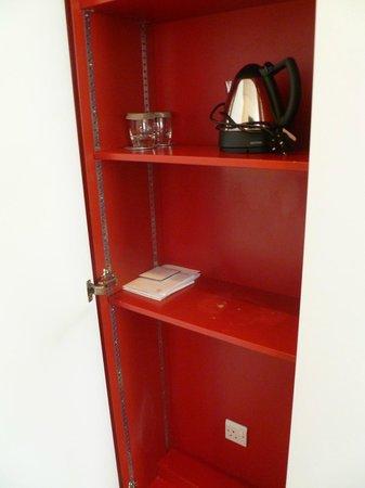 Apex Haymarket Hotel: En el armario de la entrada hay tres puertas: en una esta la tetera, con vasos e información de