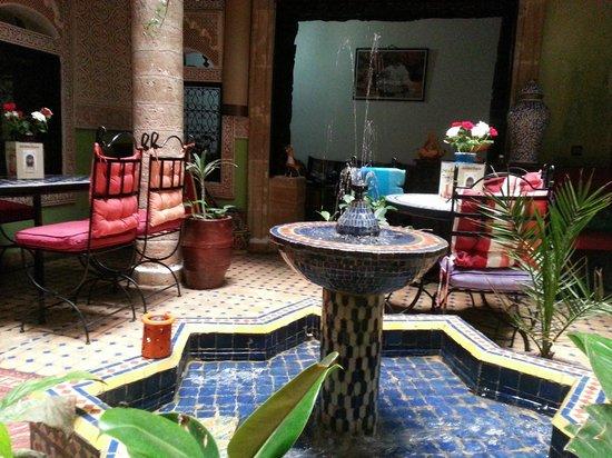 Riad Chakir Mogador : красивый марокканский интерьер