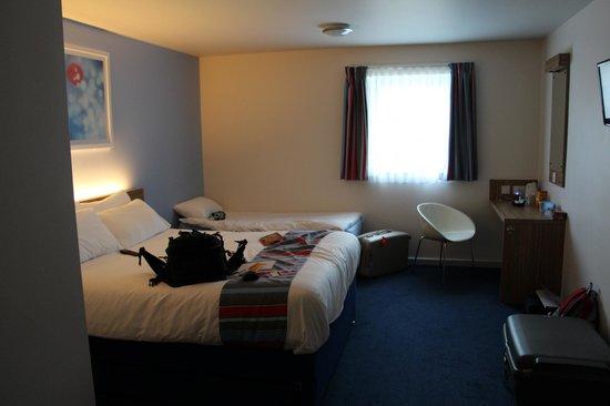 Travelodge Caernarfon Hotel: Ground floor room - photo taken from bathroom door