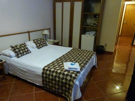 Hotel Rondônia Palace: cama de casal e armário ao fundo mais frigobar