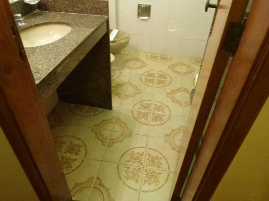 Hotel Rondônia Palace: banheiro amplo com lindo piso