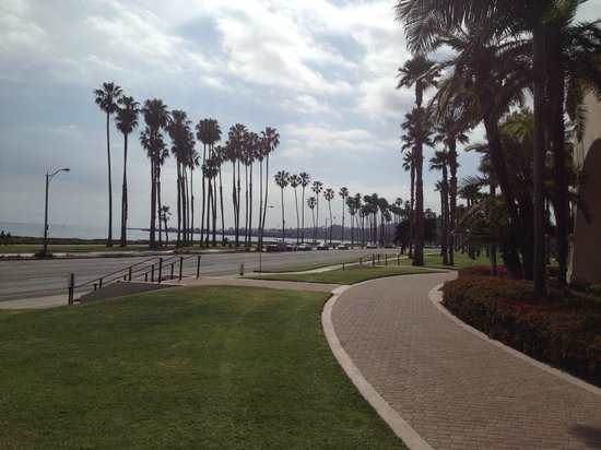 The Fess Parker - A Doubletree by Hilton Resort: Looking towards the pier on the hotel grounds
