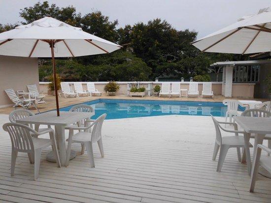 Hotel Doce Mar : pileta vista desde salón comedor