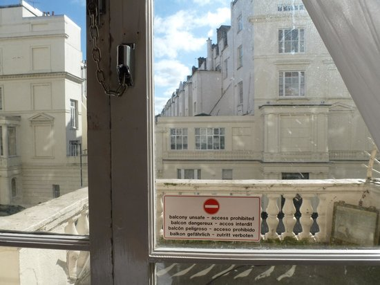 Holiday Villa Hotel and Suites London: Locked out.  Unsafe area!