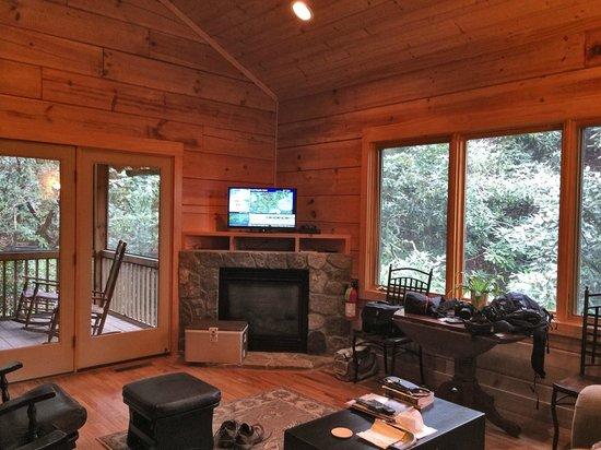 Key Falls Inn: Den - outdoor screened porch left