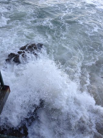Monterey Plaza Hotel & Spa: Waves crashing outside the room