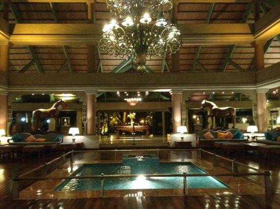 Iberostar  Bávaro Suites: Lobby at night