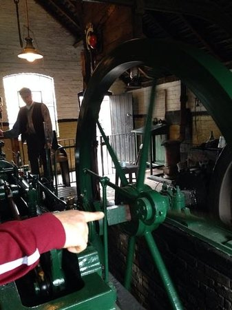 Blists Hill Victorian Town : working the engine