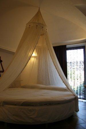 Matrimoniale con letto rotondo - Foto di Dammusi di Gloria ...