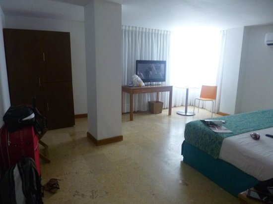 Hotel Estelar Oceania: Amplia habitación, iluminada