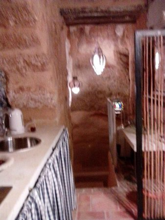 Antichi Catoi B&B: la discesa verso la vasca con alcova