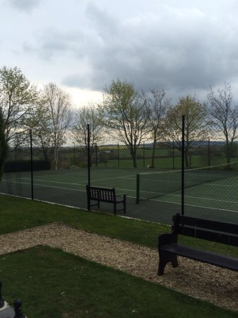 Charingworth Manor: Outdoor tennis courts.